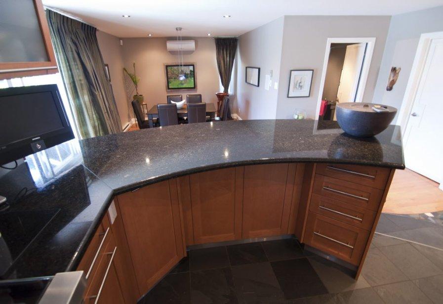 La cuisine est légèrement surélevée par rapport à la salle à manger. À droite : la salle d'eau / lessive et l'accès au garage. | 7 septembre 2012