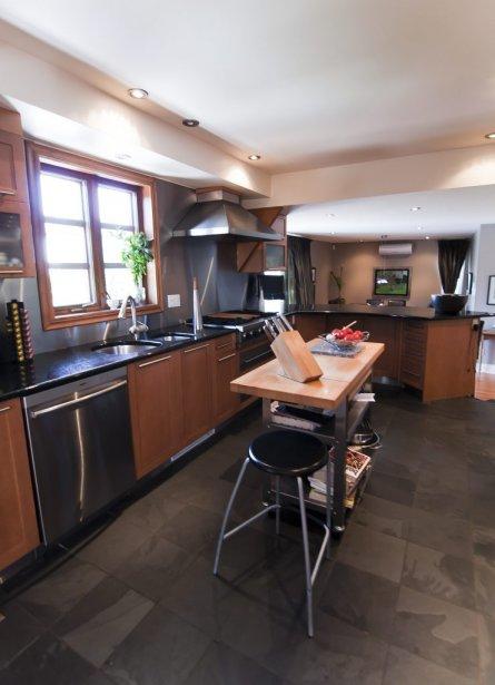 Les armoires de la cuisine sont en érable. Les comptoirs sont en granit. Le sol est carrelé d'ardoise. | 7 septembre 2012