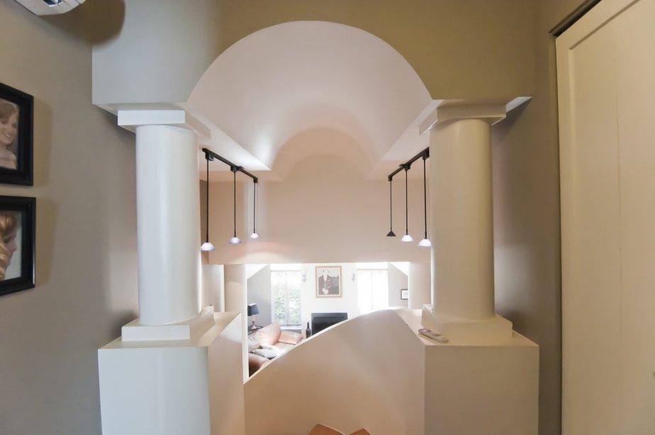 C'est à l'étage que les détails architecturaux sont les plus visibles. On aperçoit ici le séjour du haut de l'escalier. | 7 septembre 2012