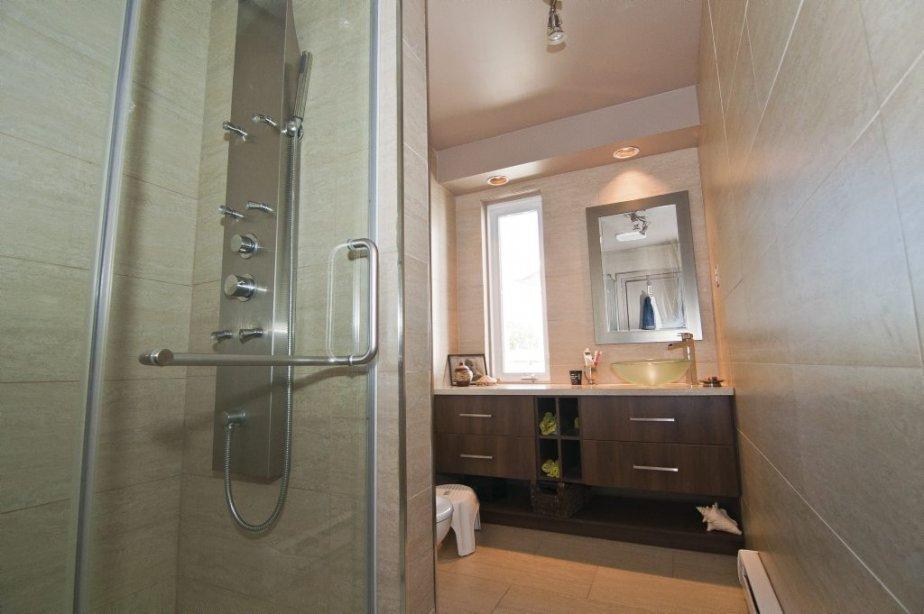 Il y a deux salles de bain à l'étage. La grandeur de la douche, les rangements sur mesure et l'apport de lumière naturelle compsenent l'étroitesse de celle-ci. | 7 septembre 2012