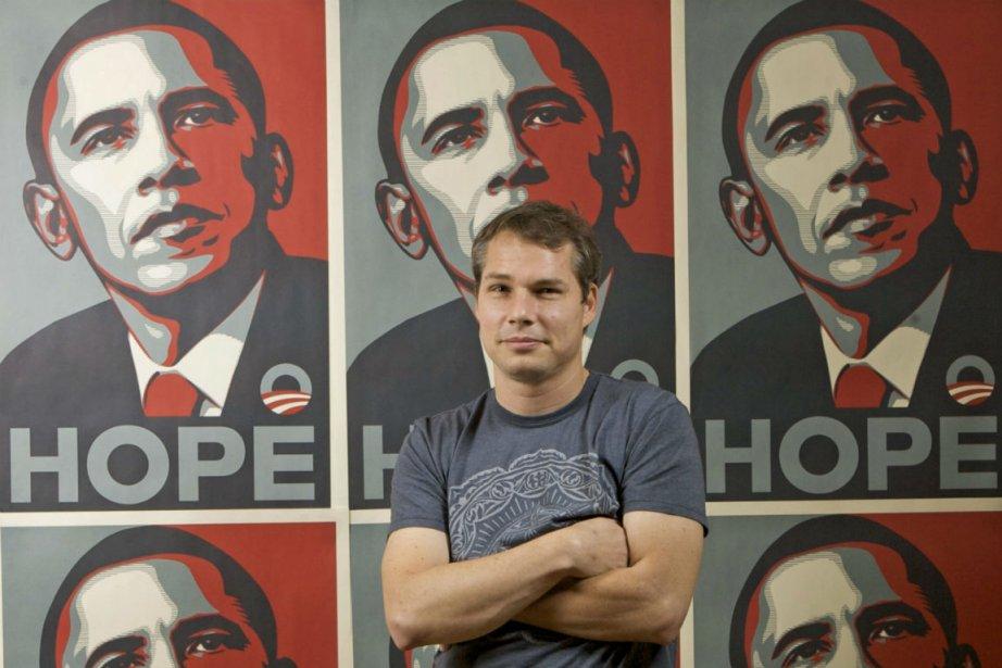 Shepard Fairey et sa célèbre affiche. L'artiste graphique... (PHOTO AP)
