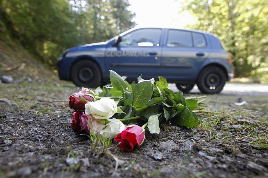 Des fleurs ont été déposées près de la... (Photo: AP)
