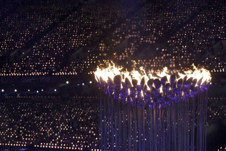 La flamme avait été allumée le 28 août... (Photo Stefan Wermuth, Reuters)