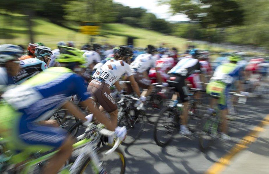 Le peloton passe devant la foule sur l'avenue Du Parc. | 9 septembre 2012