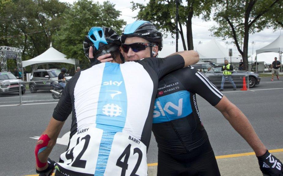 Le vainqueur Lars Petter Nordhaug  est félicité par son coéquipier canadien Michael Barry (de dos) qui prends sa retraite à la fin de la présente saison. | 9 septembre 2012