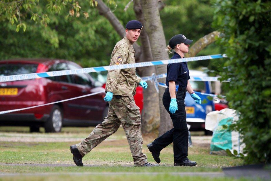 Un expert en explosifs de la Royal Logistic... (PHOTO STEVE PARSONS, AP)