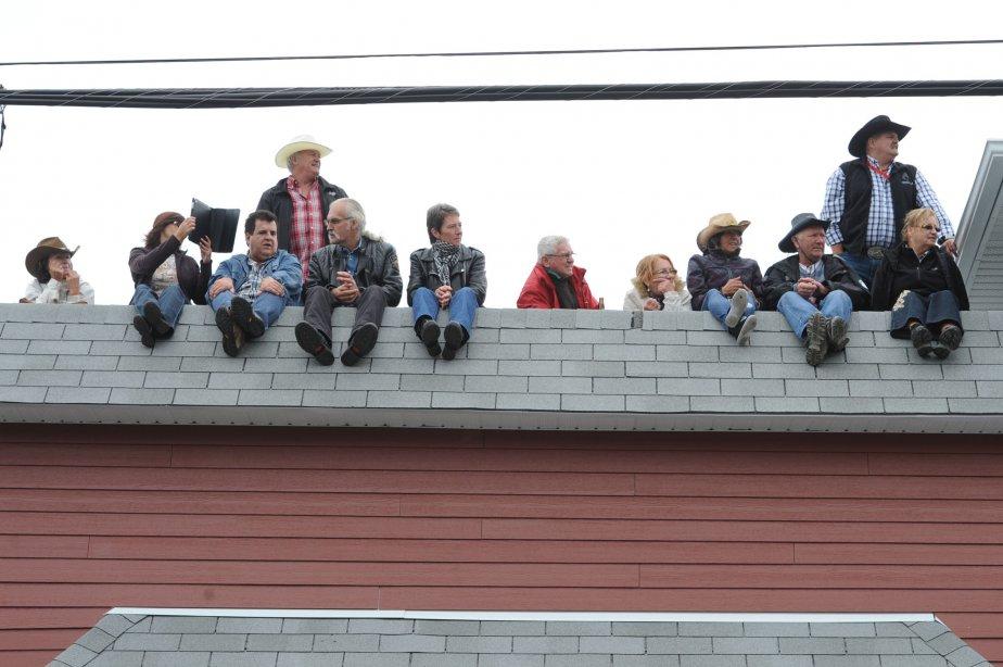 Tous les endroits étaient bons dimanche à Saint-Tite pour regarder le défilé, même sur les toits. | 10 septembre 2012