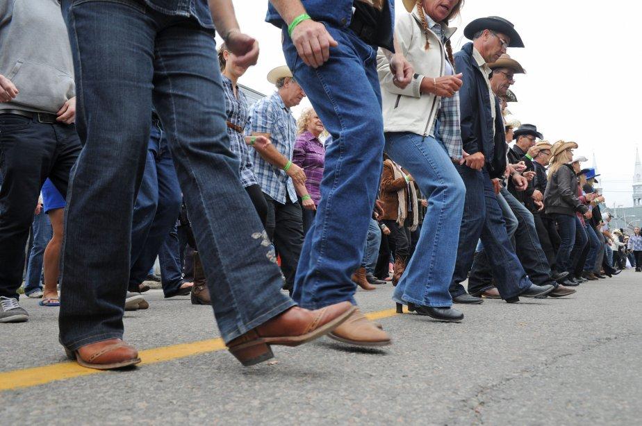 Le Festival western de Saint-Tite a battu le record Guinness de danse western en ligne. Dimanche, 2437 personnes ont dansé en même temps sur la chanson One Day d'Andrée Watters dans les rues de la ville, battant ainsi par 83 danseurs le précédent record réalisé en 2008 en Estonie. | 10 septembre 2012