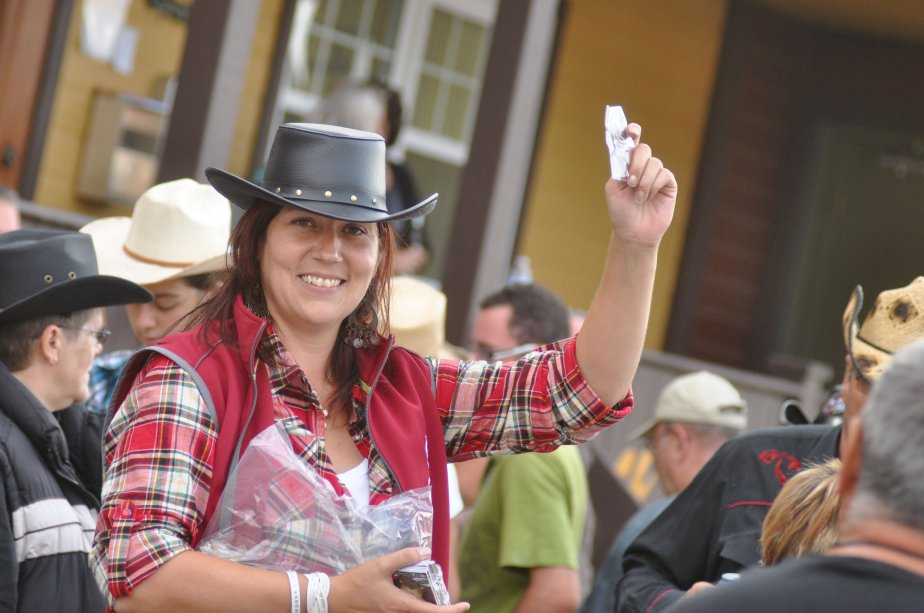 Sheila Gauvreau qui vend des étoiles de shérif. | 10 septembre 2012