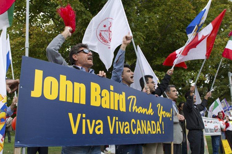 Un groupe de Canado-Iraniens a manifesté hier devant... (Photo: PC)