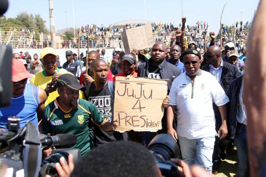 Mardi, Julius Malema (en blanc), que la presse... (PHOTO AFP)