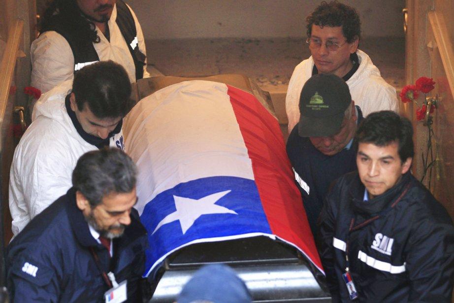 La dépouille d'Allende avait été exhumée en mai... (PHOTO ROBERTO CANDIA, ARCHIVES AP)