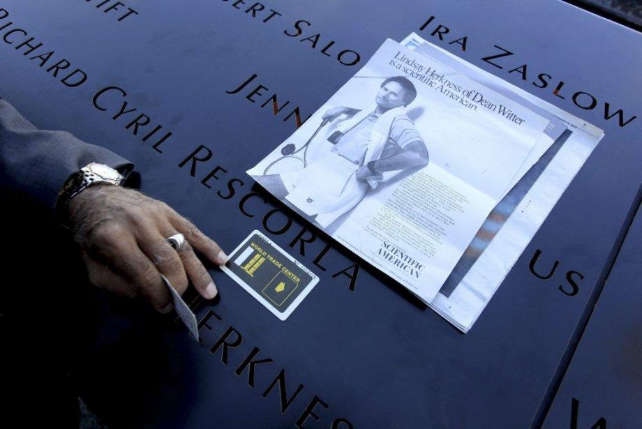 Hagi Abucar touche du doigt son ancienne carte d?identité du World Trade Center, posée à côté de la photo de son ancienne supérieure au Dean Witter Morgan Stanley. | 11 septembre 2012