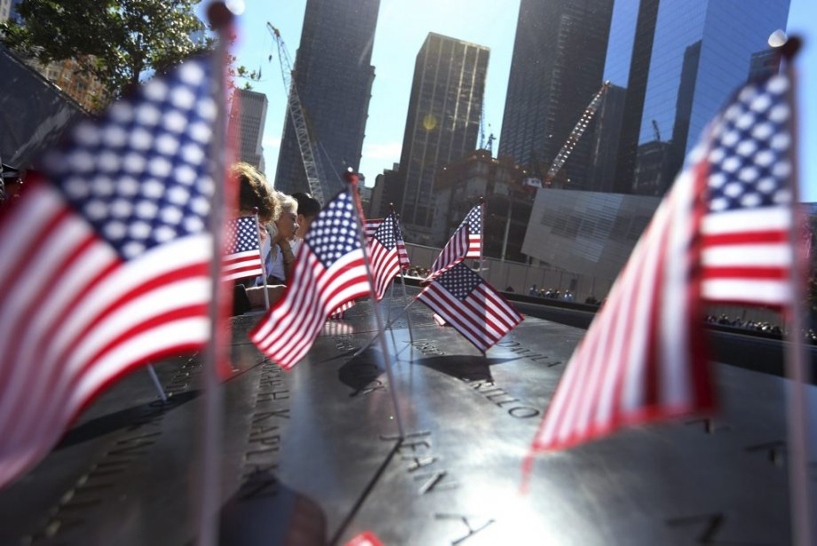 Des drapeaux américains ont été placés un peu partout sur le monument du World Trade Center, à New York, en ce 11 septembre. | 11 septembre 2012