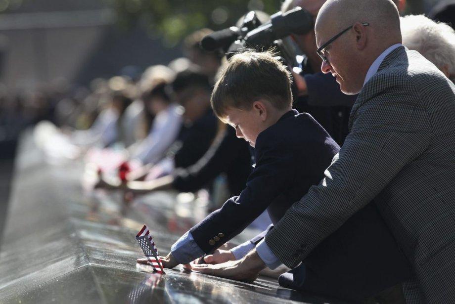 Andrew Timson, âgé de 7 ans, regarde le nom de son oncle inscrit sur une plaque commémorative, décédé lors des attentats du 11 septembre 2001. | 11 septembre 2012
