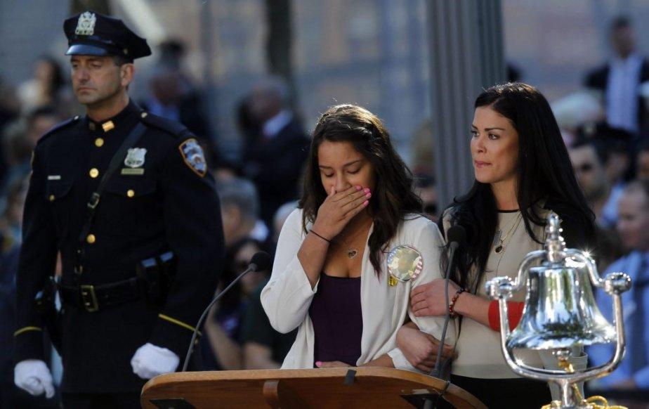 Une dame, présente à la cérémonie, a de la difficulté à contenir ses émotions, alors que le nom de son père et de plusieurs amis qui sont décédés lors des attentats du 11 septembre 2001, est lu à la cérémonie. | 11 septembre 2012
