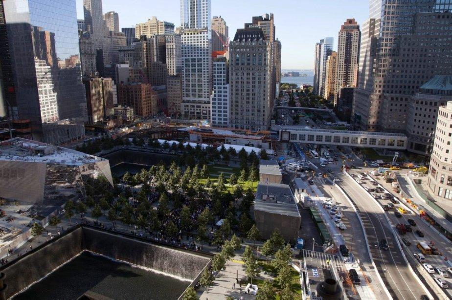 Le monument qui commémore les victimes des attentats du 11 septembre 2001, tout juste à côté de la nouvelle tour, le 1 World Trade Center. | 11 septembre 2012