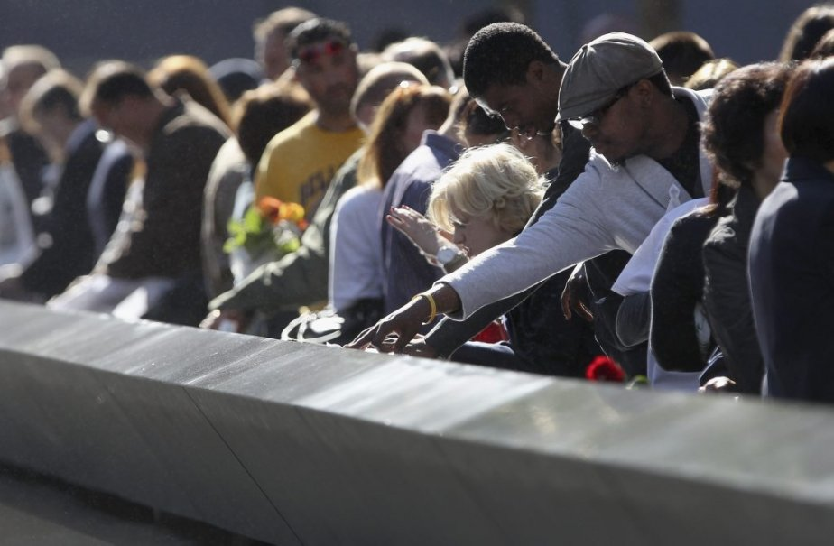 Ils ont perdu leur père, leur mère, un ami, une cousine, une soeur, un frère... Les New Yorkais ont tous été touchés, de loin ou de près, par les attentats du 11 septembre 2001. Ils étaient nombreux lors de la cérémonie commémorative, cet après-midi. | 11 septembre 2012