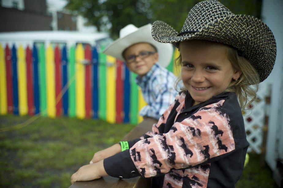 Jessie, 6 ans Zachary, 4 ans regardent les enfants sur... | 2012-09-11 00:00:00.000