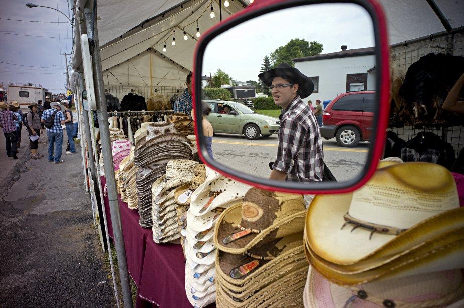 Un jeune homme passe devant un vendeur de chapeaux sur le boulevard St-Joseph. | 11 septembre 2012