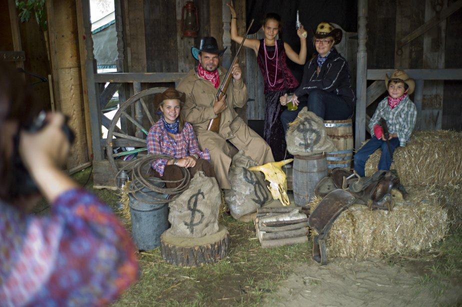 La famille Paquette fait prendre une photo souvenir en costume d'époque. | 11 septembre 2012