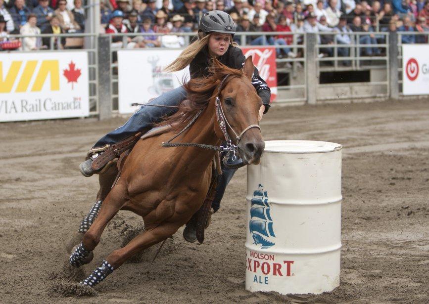 Une jeune compétitrice contourne un baril. | 11 septembre 2012