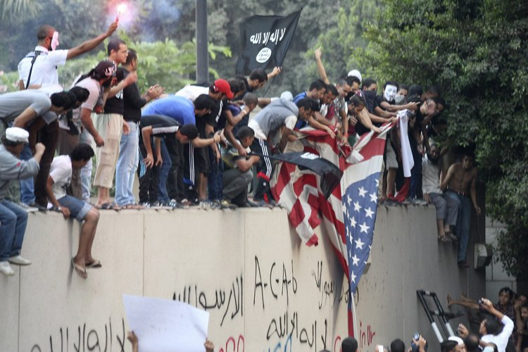 Le drapeau américain a été déchiré et remplacé... (Photo: AP)
