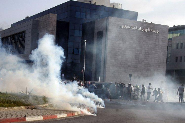 Des policiers ont dispersé une foule de manifestants... (Photo: AFP)