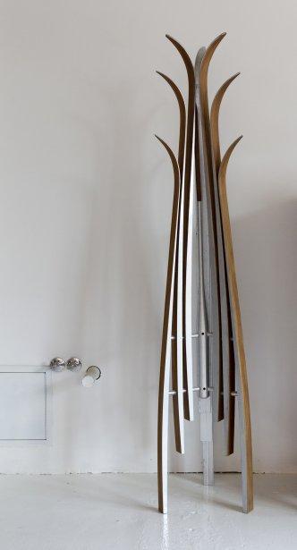 Coatskii, de Stephen Lindsay. Patère de plancher, fabriquée à partir de ski de fond, plaquée noyer, érable ou cerisier. Se détaille à 850$. Monde Ruelle, 2205 rue Parthenais, #112. | 13 septembre 2012