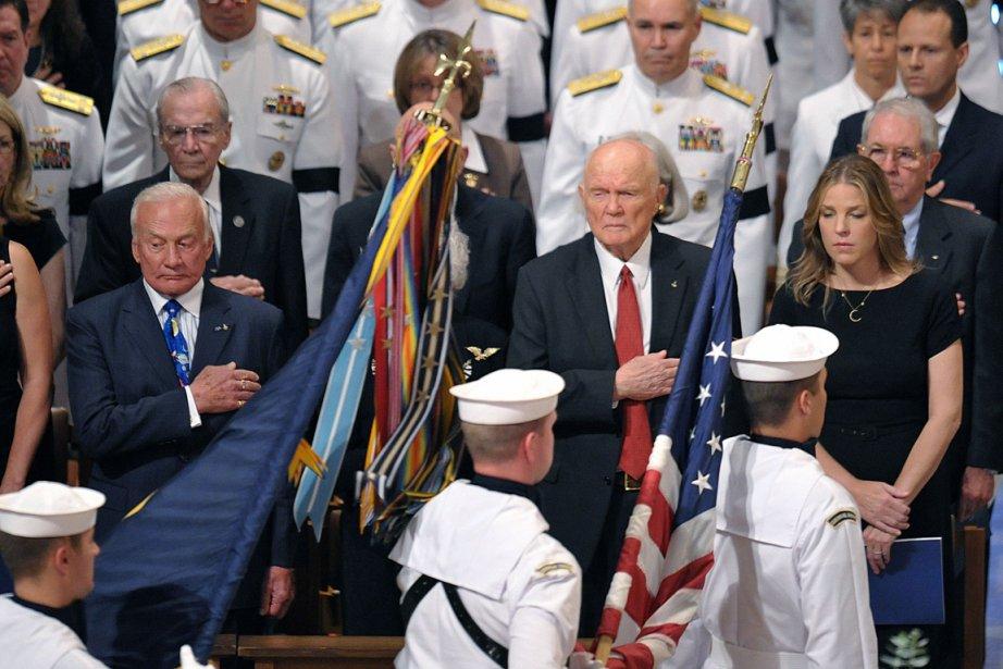 De gauche à droite: l'astronaute Buzz Aldrin, l'astronaute... (PHOTO MANDEL NGAN, AFP)