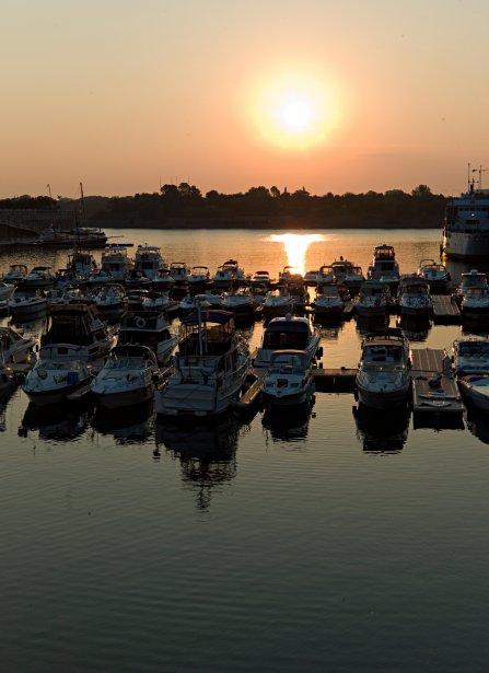 Le soleil se lève sur la marina du Vieux-Montréal et... | 2012-09-13 00:00:00.000