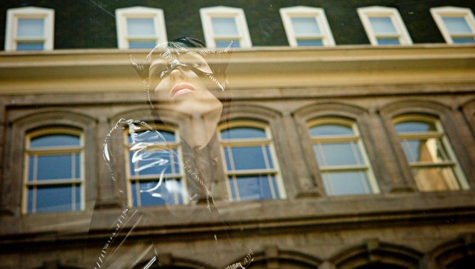 Reflet d'un des beaux immeubles du Vieux-Montréal dans la vitrine d'un magasin de costumes, rue Saint-François-Xavier. | 13 septembre 2012