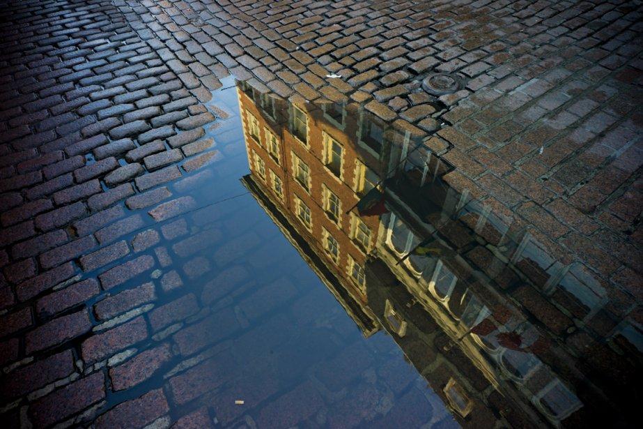 La photo la plus complexe à faire: il fallait que le soleil frappe au bon endroit et dans le bon angle pour que l'édifice se mire clairement dans la flaque d'eau. | 13 septembre 2012