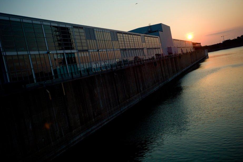 Un des hangars du Vieux-Port semble devenu un paquebot, sous les premiers rayons du soleil. | 13 septembre 2012