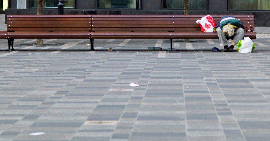 Au nombre des personnes qui ont leurs quartiers dans le Vieux-Montréal, les itinérants. À l'aube, leur solitude, leur désarroi ne sont  que plus poignants? | 13 septembre 2012