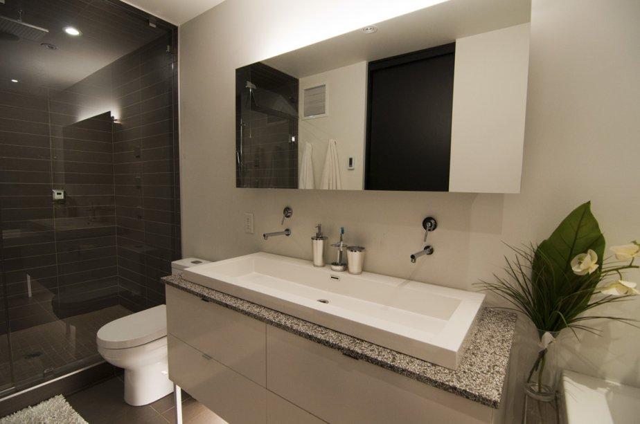 La douche, carrelée de céramique du plancher au plafond, se transforme en bain de vapeur. | 14 septembre 2012