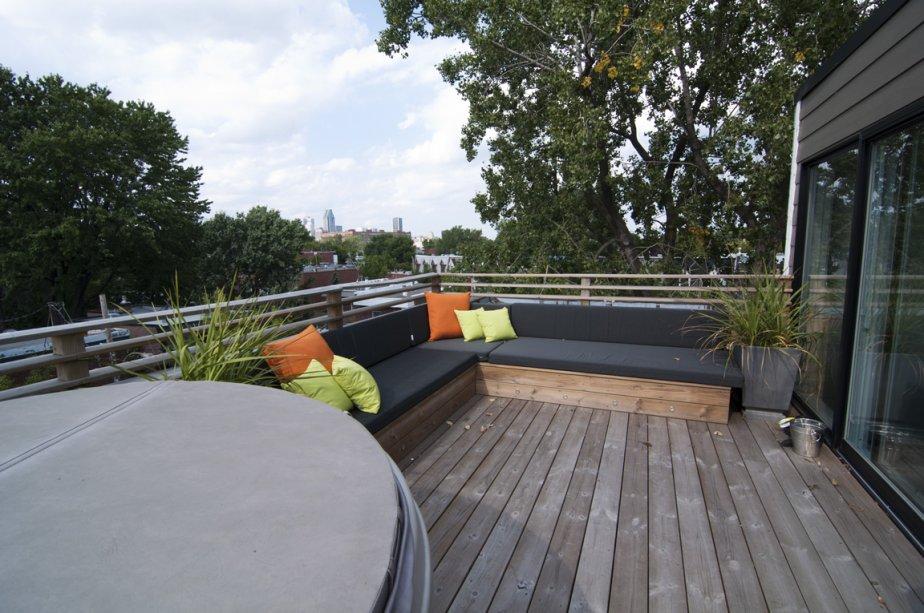 La terrasse d'en haut offre des vues diversifées : verdure, centre-ville, anciennes manufactures du quartier. | 14 septembre 2012