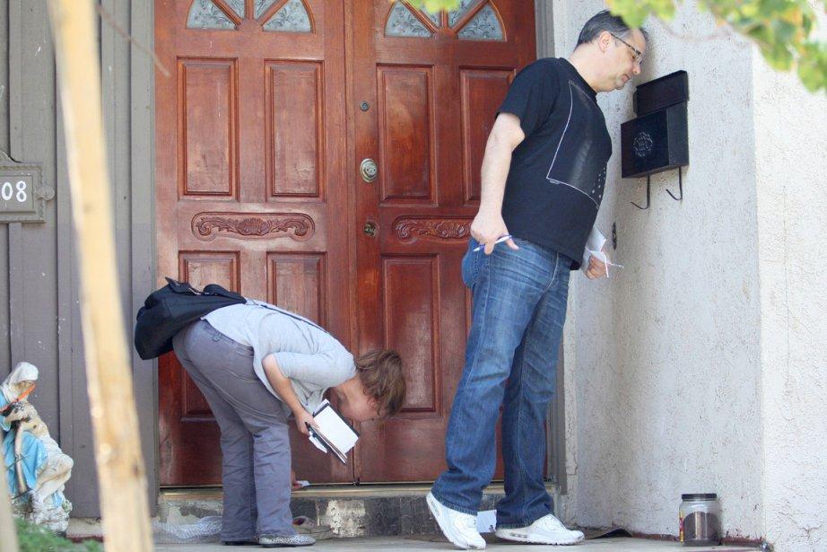 Des journalistes scrutent l'entrée (boîte aux lettres incluse)... (PHOTO DAVID MCNEW, AFP)