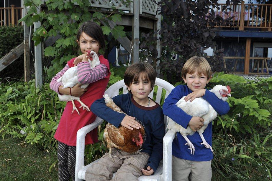La grande, c'est Zoé. La poule qu'elle tient... (Photo: fournie par la famille)