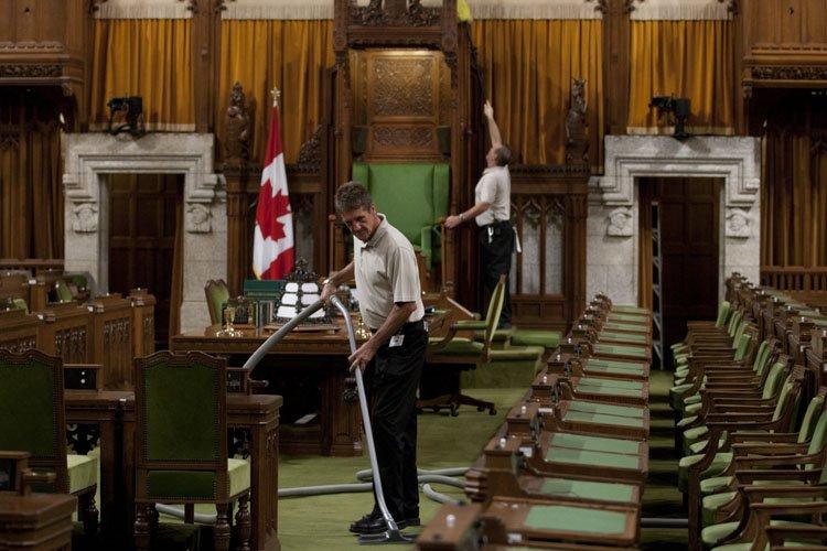 Deux employés préparent la rentrée parlementaire. ... (Photo: PC)
