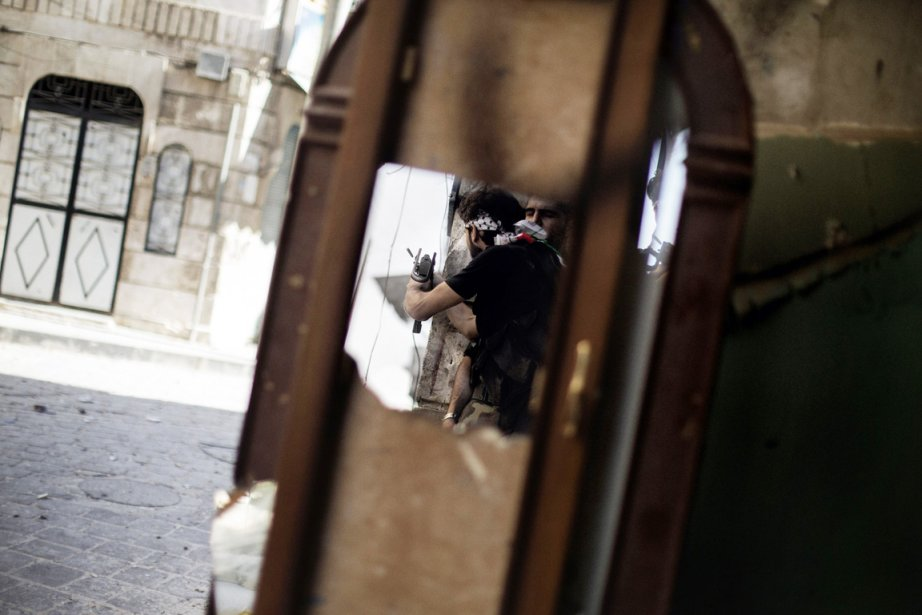 Deux combattants de l'Armée syrienne libre sont aperçus... (PHOTO MARCO LONGARI, AFP)