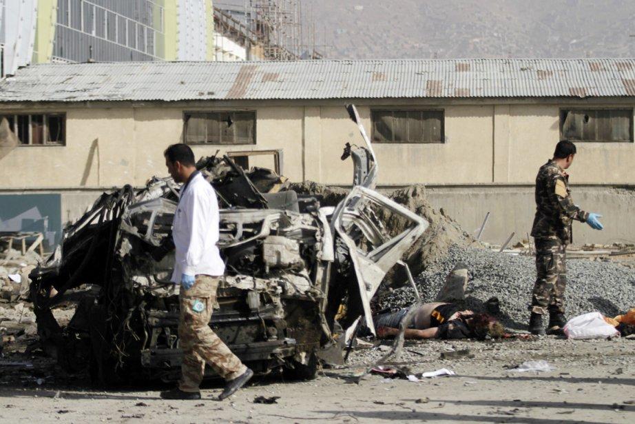 Sur place, la carcasse du minibus était calcinée... (PHOTO MOHAMMAD ISMAIL, REUTERS)