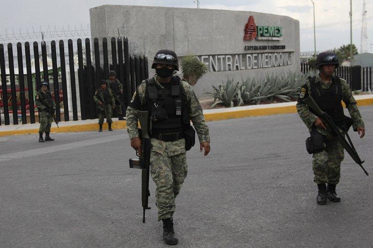 Des soldats ont érigé un périmètre de sécurité... (Photo: Reuters)