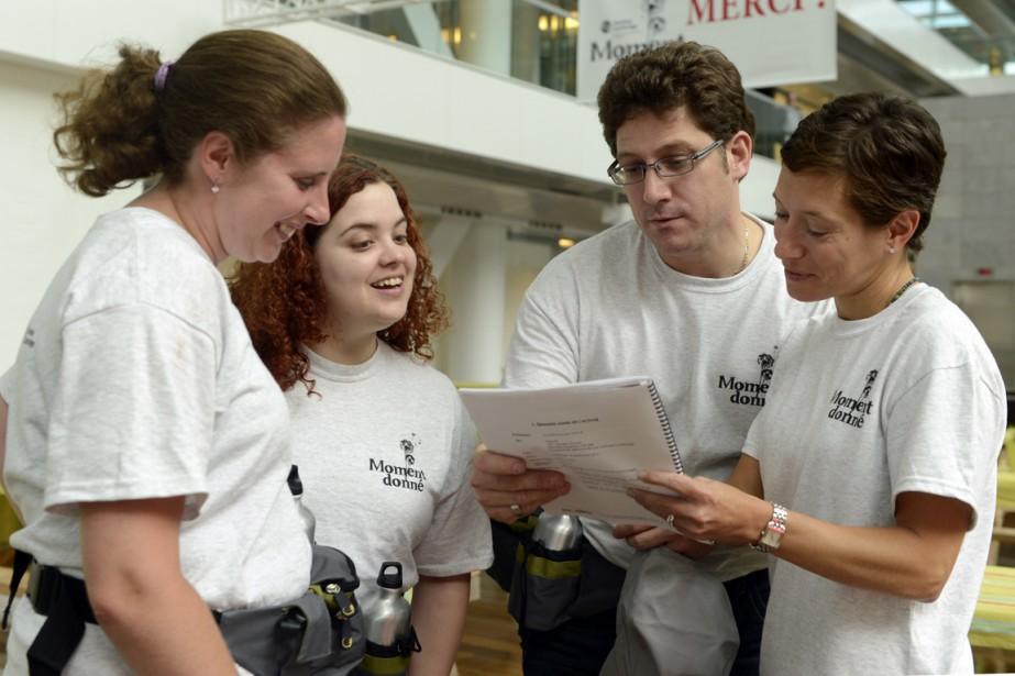 Trois bénévoles, Guylaine S., Caroline Levesque et Yanic... (Photo Bernard Brault, La Presse)