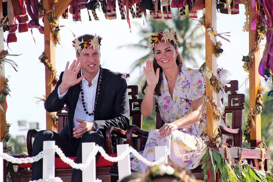 Kate et William saluent la foule alors qu'ils sont transportés... | 2012-09-19 00:00:00.000