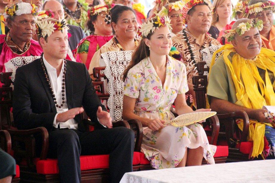 Le couple princier assiste à un spectacle soulignant leur départ de l'archipel de Tuvalu, le 19 septembre. | 19 septembre 2012