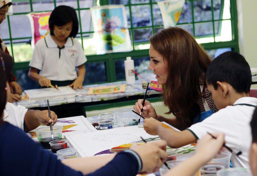 La duchesse de Cambridge participe à un atelier d'art-thérapie lors de sa visite au centre Margaret Drive de Singapour, établissement qui offre un programme éducatif aux enfants au développement plus lent que la normale, le 12 septembre. | 19 septembre 2012