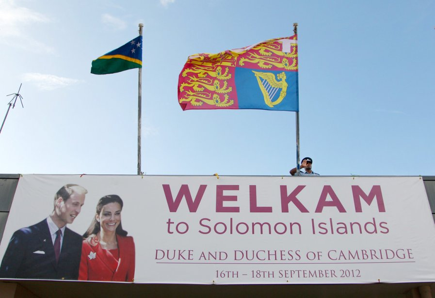 Bienvenus  aux Îles Salomons duc et duchesse de Cambridge, peut-on lire sur ce panneau publicitaire de Honiara, la capitale de l'archipel d'une douzaine d'îles principales faisant traditionnellement partie de la Mélanésie. | 19 septembre 2012