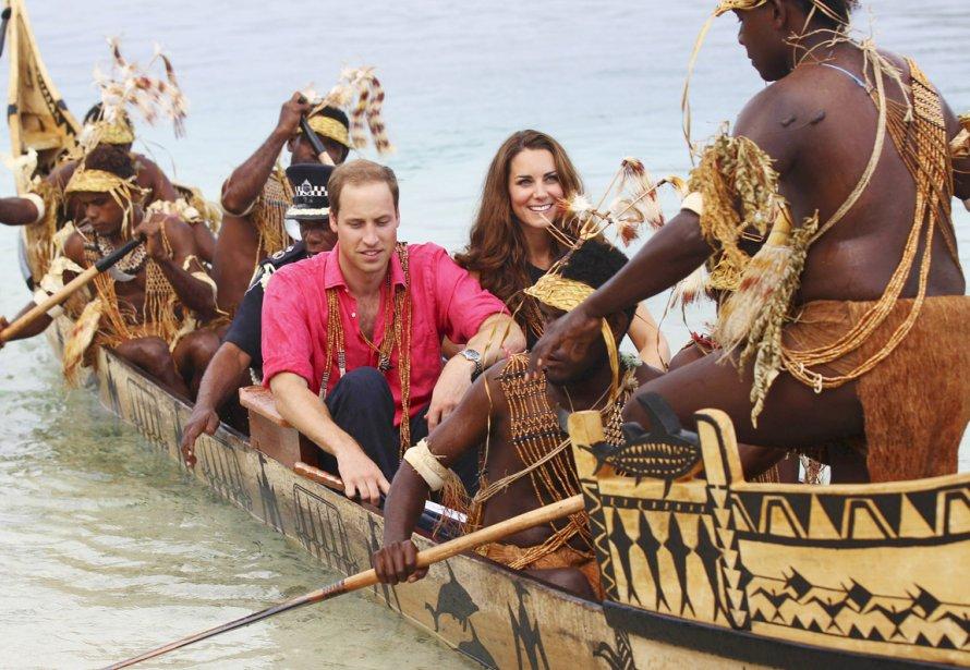 Kate et William se sont rendus sur l'île de Tavanipupu, aux Salomons, à bord 'un canot de guerre traditionnel, le 17 septembre. | 19 septembre 2012
