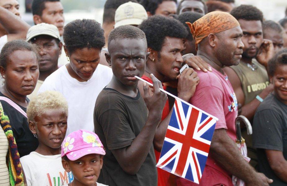 Des Salomoniens attendent l'arrivée du couple princier à Honiara, le 17 septembre. | 19 septembre 2012